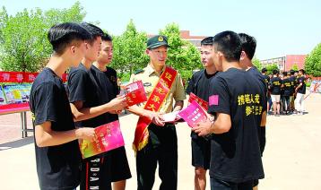 莱城区:征兵宣传进校园