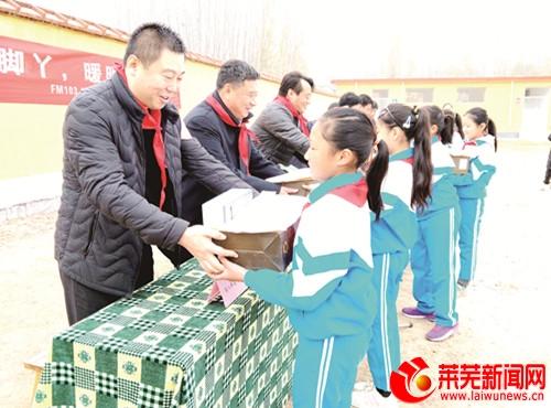 爱心人士为153名小学生带来冬日温暖